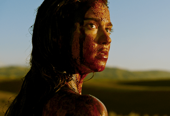 Recensione Revenge: pulp, sangue e rosa shocking