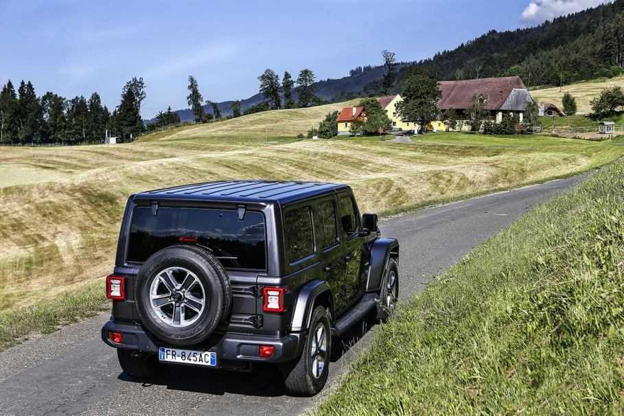 Jeep Wrangler è l'auto ideale per un lungo viaggio in due