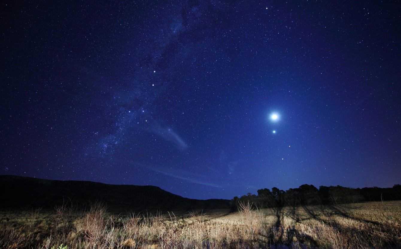 Eclissi: Luna rossa agghindata da Saturno e Giove | Astronomia