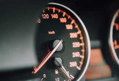 10 consigli per risparmiare carburante (più un mito da sfatare)
