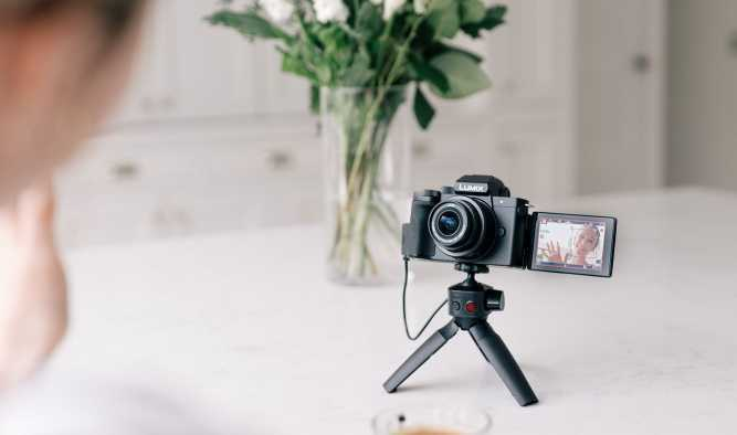 Panasonic: nuova LUMIX G100 pensata per i vlogger