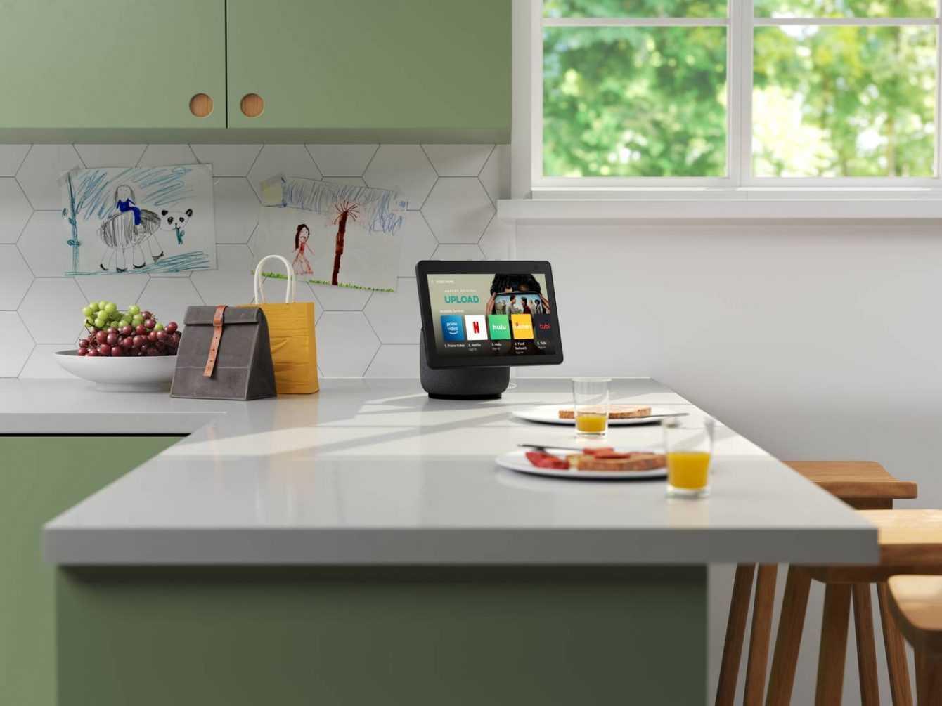 Amazon Alexa Echo Show 10 e Fire TV Stick: divertimento anche in vacanza